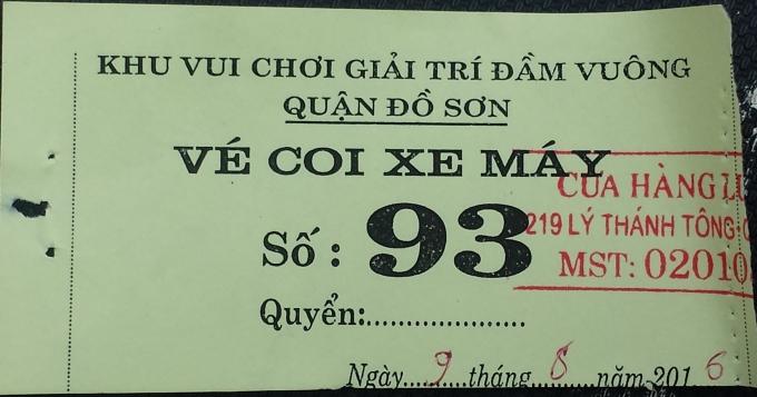 Chiếc vé xe máy tự in, thiếu nhiều thông tin nhưng du khách vẫn phải trả với giá 20 nghìn đồng rồi mới được đưa xe vào bãi.