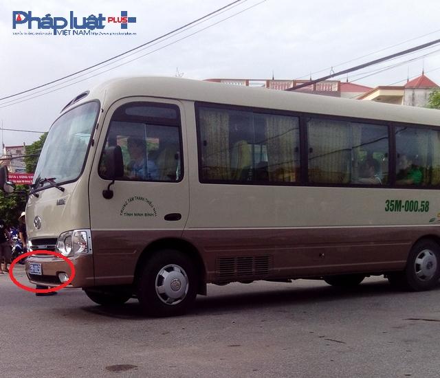 Chiếc xe biển xanh BKS tỉnh Ninh Bình 35M-00058 trong khuôn viên Khu vui chơi giải trí Đầm Vuông phục vũ lễ hội chọi Trâu Đồ Sơn 2016.