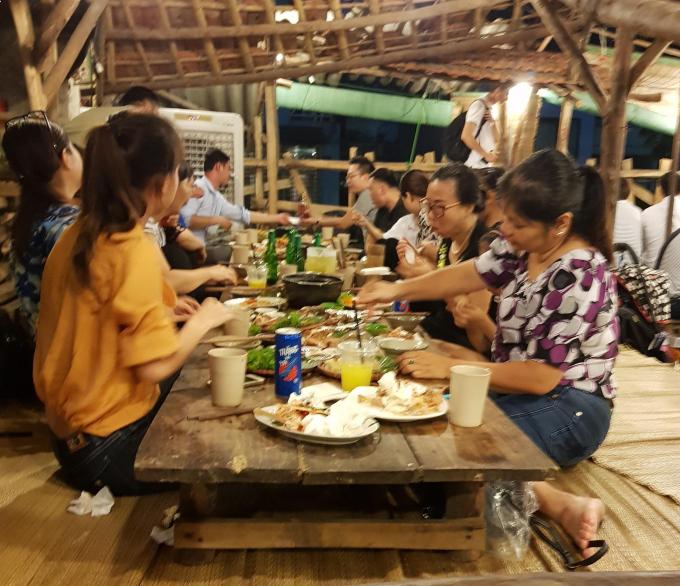 Cảnh khách hàng vẫn vô tư ăn nhậu ở nhà hàng Lương Sơn Quán, 173 Thái Hà, phường Láng Hạ, quận Đống Đa sau khi bị yêu cầu dừng hoạt động.