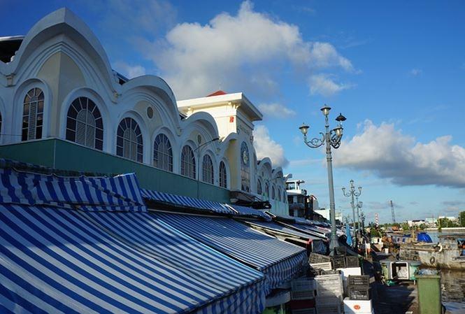 Chợ trung tâm thành phố Bạc Liêu (dấu X) do Cty Minh Thắng đầu tư bị bao bọc bởi chợ tự phát.