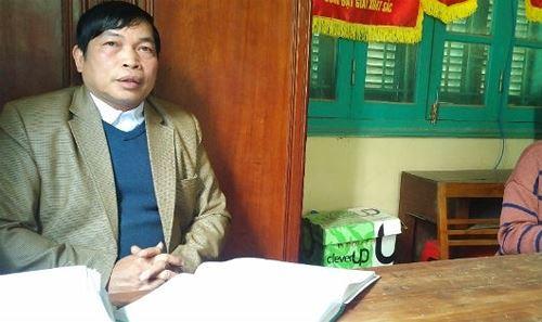 Ông Hoàng Văn Út, Phó chủ tịch UBND xã Yên Hoa trao đổi với PV. Ảnh: Xuân Hồng.