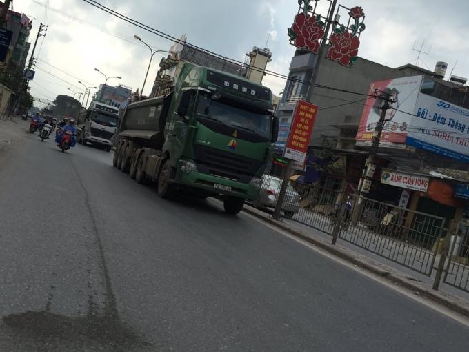 Hàng đoàn xe nối đuôi nhau từ thị trấn Sao Đỏ (Chí Linh - Hải Dương) để rẽ vào QL 37