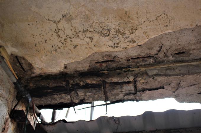 Lộ ra những cột dầm bê tông bị trơ lõi sắt hoen gỉ.