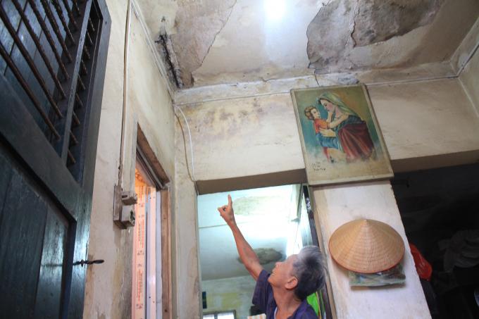 Ông Đào Gia Khánh, chỉ cho PV về những dầm sắt lộ ra trên trần nhà