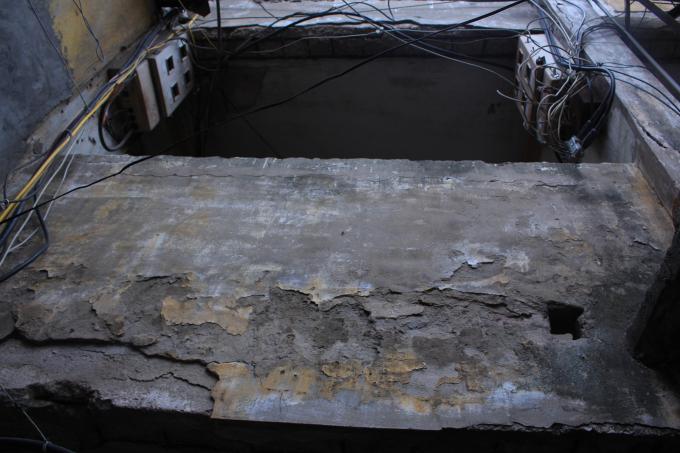 Những vết nứt vỡ xuất hiện ở ban công của khu nhà