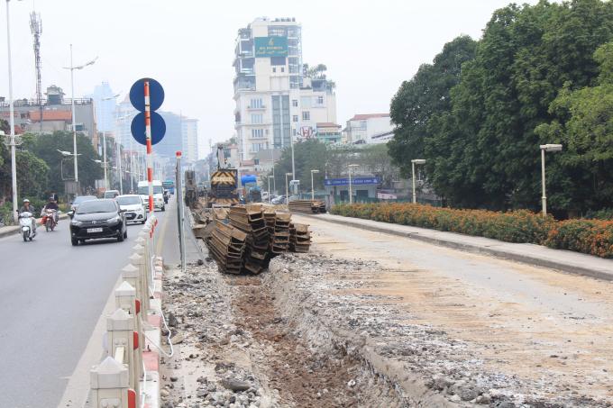 Một phần đê đất sông Hồng đoạn từ khách sạn Thắng Lợi đến cửa khẩu An Dương, dài 1,1km sẽ được bóc dỡ, thay thế bằng kết cấu tường chắn bê tông cốt thép dạng chữ L.