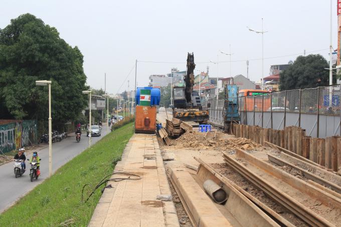 Làn đê bên trái theo hướng từ An Dương đến khách sạn Thắng Lợi sẽ đượcbóc dỡ trước.