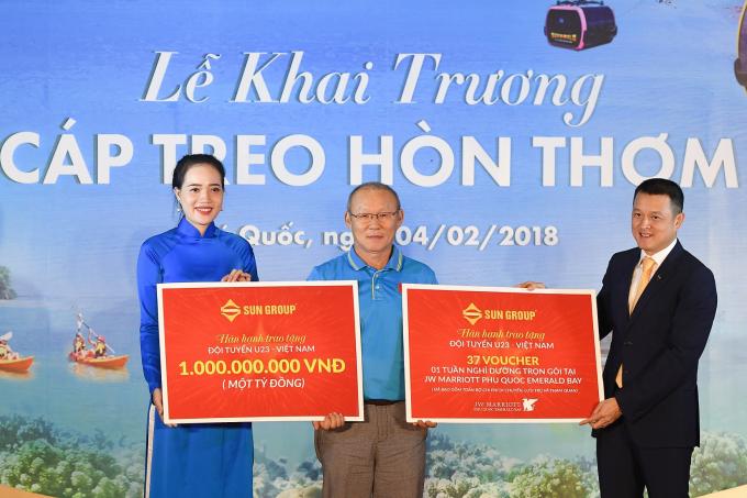 HLV Park đại diện U23 Việt Nam nhận quà tặng 1 tỷ đồng và voucher nghỉ dưỡng do Sun Group trao tặng.