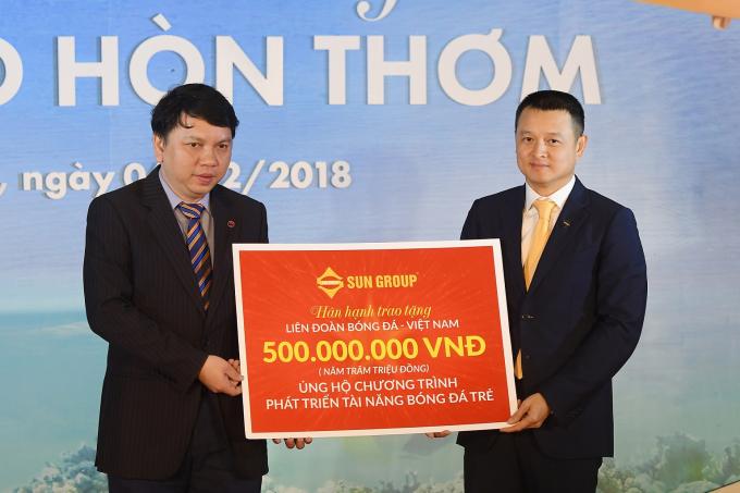 TGĐ Sun Group Đặng Minh Trường trao tặng 500 triệu đồng cho VFF.
