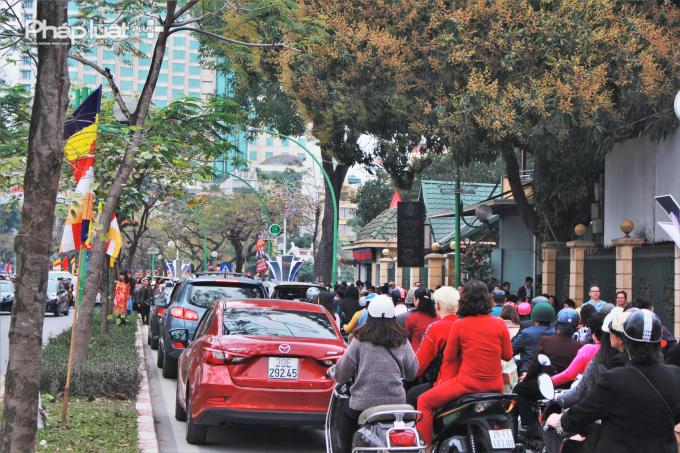 Dòng người đổ về khu vực chùa Trấn Quốc mỗi lúc một đông khiến giao thông khu vực này trở nên tắc nghẽn