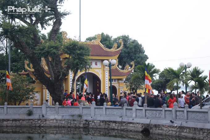 Lối cổng Tam quan vào chùa Trấn Quốc chật kín người.