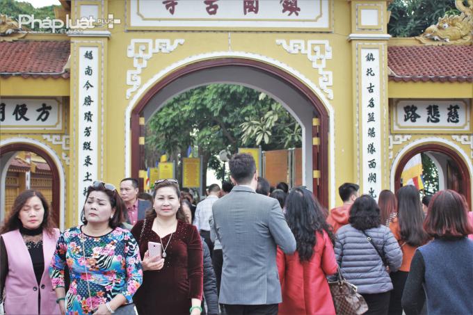 Con đường dẫn vào chùa Trấn Quốc trở nên chật cứng trong những ngày đầu năm.              Những dòng người ùn ứ, nối đuôi nhau ở lối dẫn vào chùa.