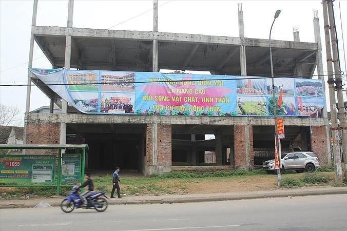 Công trình Nam Đàn Plaza tiêu tốn tiền tỷ bỏ hoang nhiều năm tại trung tâm thị trấnNam Đàn.