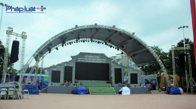 Một sân khấu cho đêm khai mạc cũng đang được xây dựng. Chương trình văn nghệ sẽ diễn ra vào dịp cuối tuần, tổ chức hát nhạc Trịnh, múa rối nước tại không gian ngoài trời rộng hơn 2.000 m2.