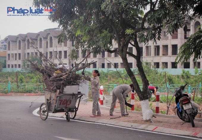 Công nhân làm việc chăm chỉ để tuyến phố có diện mạo đẹp nhất ra mắt người dân thủ đô