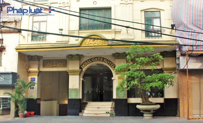 Khách sạn Royal Gate, Quán Thánh, Ba Đình (Công ty TNHH Hoàng My) hành lang, cầu thang thoát nạn không đảm bảo, không trang bị hệ thống báo cháy tự động, hút khói hành lang, tăng áp, bể nước dự trữ chữa cháy không đảm bảo.