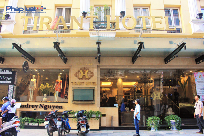 Nằm ngay bên cạnh, khách sạn Tirant số 36 Gia Ngư, Hàng Bạc, Hoàn Kiếm (Công ty TNHH thương mại du lịch Vân Hiếu) chưa được nghiệm thu về PCCC