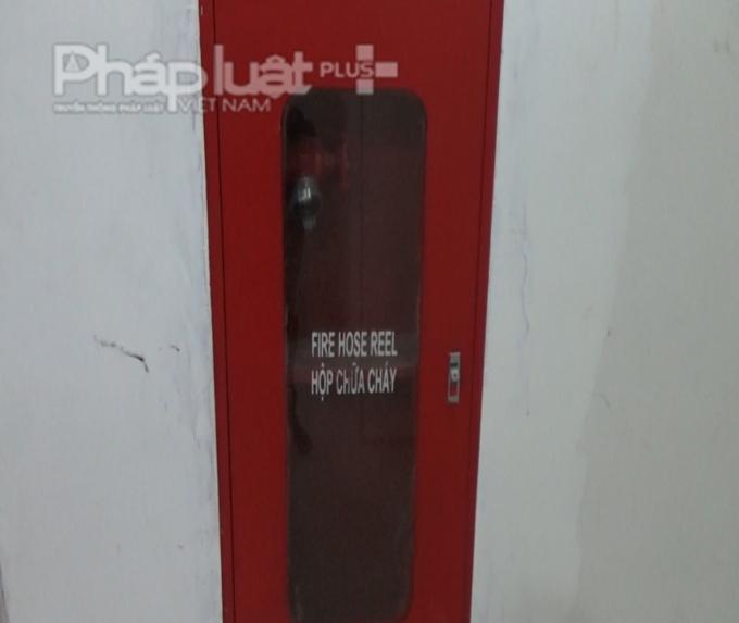 Các hộp chữa cháy bị bỏ trống, không có bình chữa cháy bên trong