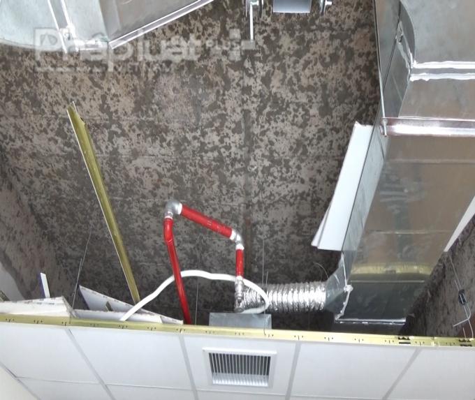 Quan sát từ phía trần nhà, các hạng mục còn đang được thi công dang dở và bị bỏ trống trong 1 thời gian dài