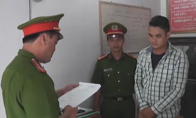 Cơ quan công an đọc lệnh bắt Phan Văn Sang.