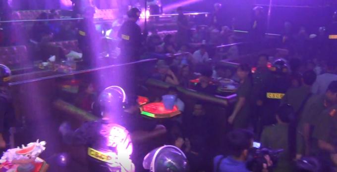Bước sang ngày mới nhưng vẫn có hơn 100 người tại quán bar này đang nhảy múa theo điệu nhạc sôi động
