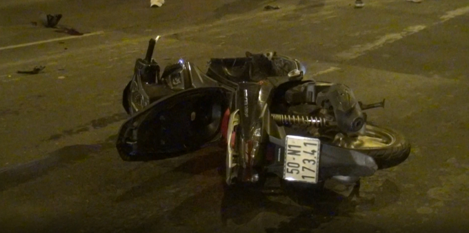 Hai chiếc xe máy tại hiện trường