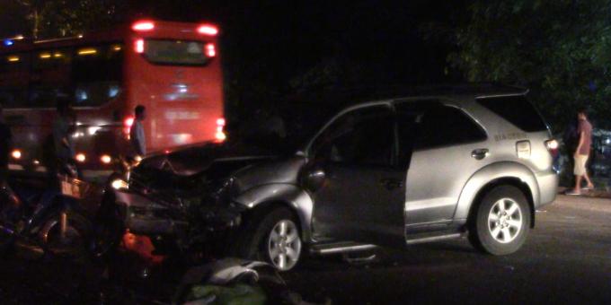 Hai ô tô đều hư hỏng nặng.
