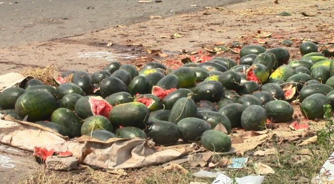 Nam thanh niên đứng bán dưa hấu đã tử vong sau khi bị xe bán tải tông trúng, kéo lê và cán qua người (Ảnh: Hà Bắc)