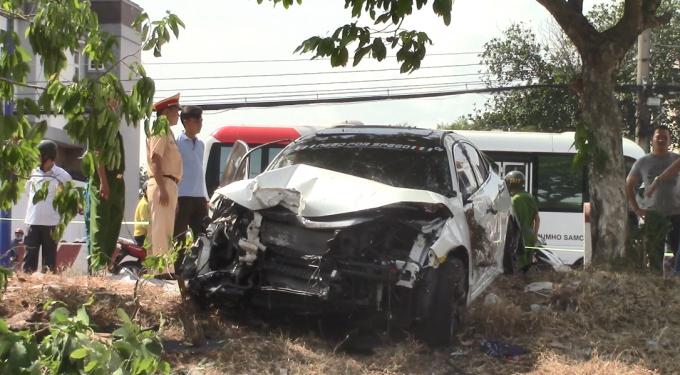 Xe ô tô nhãn hiệu Civic bị hư hỏng nặng sau va chạm (Ảnh: Hà Bắc)