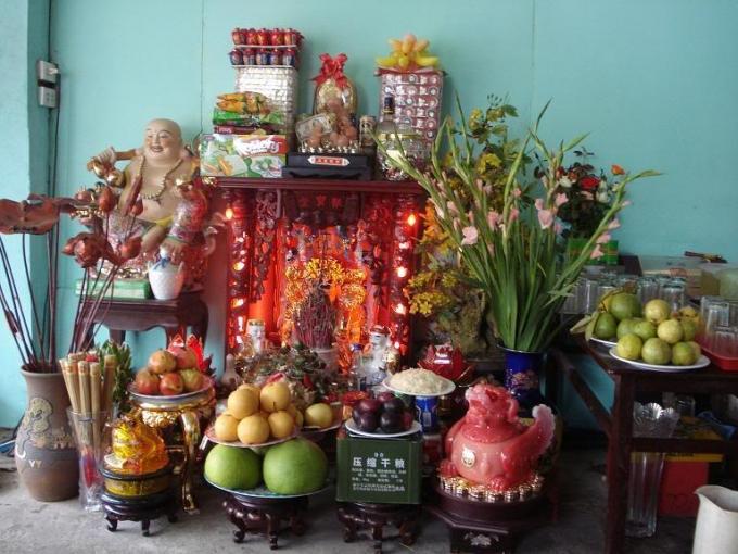 Theo người xưa, bàn thờ thần tài thường đặt dưới đất, hướng ra cửa chính và chọn nơi trang nghiêm nhất (ẢNH INTERNET)