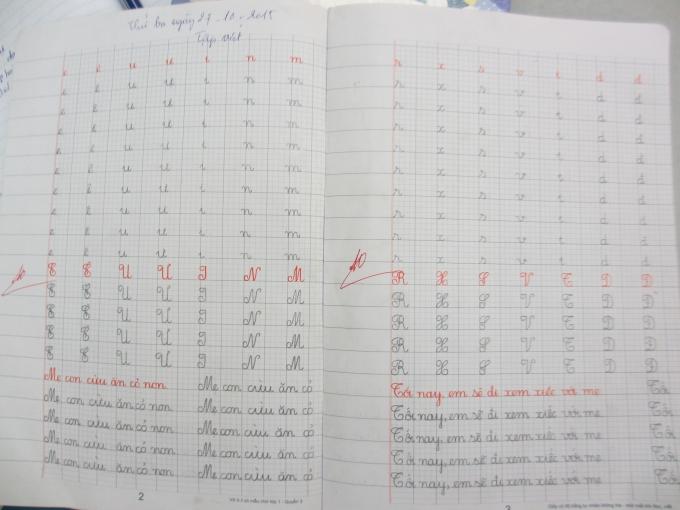 Vở chính tả của em học sinh bé tuổi nhất lớp (Ảnh: Mẫn Nhi)