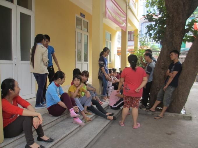 Các bạn sinh viên đang trò chuyện cùng các em học sinh (Ảnh: Mẫn Nhi)