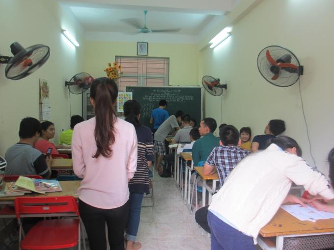 Các bạn sinh viên ĐH KTQD đến giúp đỡ cũng như chơi với các em (Ảnh: Mẫn Nhi)