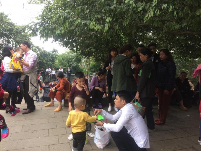 Nhiều gia đình cho cả con nhỏ đi dâng hương ngày đầu năm.