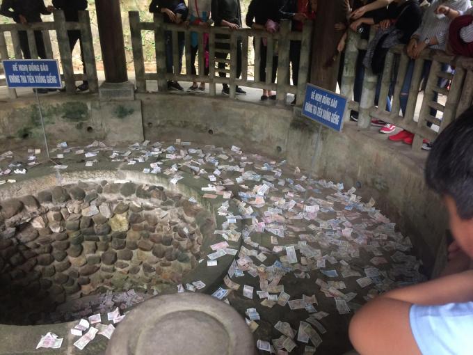 Du khách vẫn ném tiền xuống Giếng cổ mặc dù đã có biển không ném tiền. Theo người dân thì dù biết ném tiền xuống Giếng là điều không nên nhưng dường như thuộc về tâm linh mỗi người.