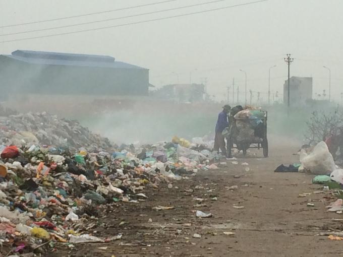 """Phú Thọ: Núi rác """"bức tử"""" trường mầm non"""
