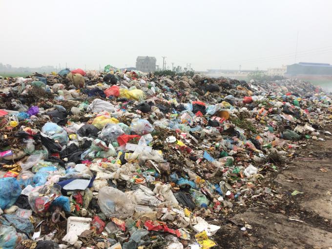 Người dân cho biết, bãi rác này cách nghĩa trang liệt sĩ của xã 150m, sát nghĩa trang dân sự của dân và cách trường Mầm Non 300 theo đúng hương gió thổi.