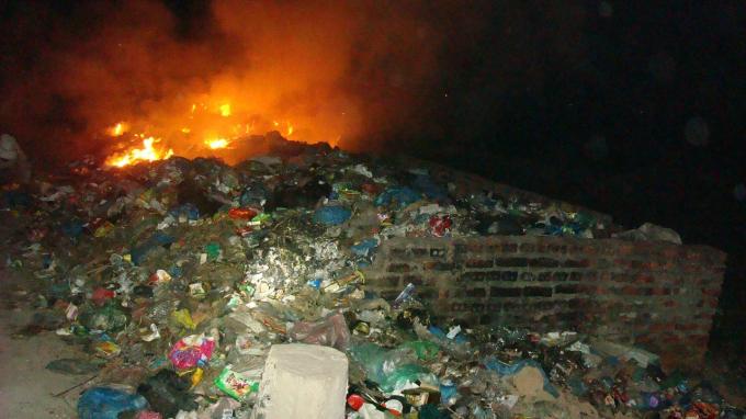 Gặp phải sự mạnh mẽ của người dân, HTX Thụy Vân không chuyển rác đi mà còn đốt tại chỗ.