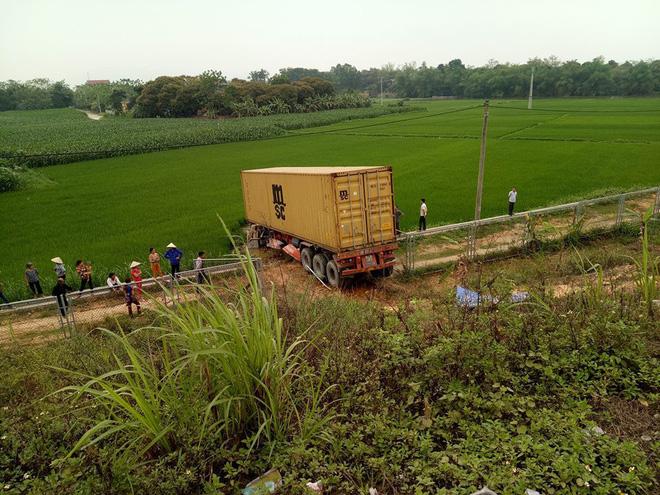 Sau khi tông vào xe biển xanh, xe container bị lao xuống ruộng. (Ảnh: FB)