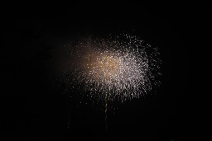 Sau chương trình nghệ thuật là màn trình diễn pháo hoa tầm thấp kéo dài 15 phút tại bờ hồ công viên Văn Lang, thành phố Việt Trì.