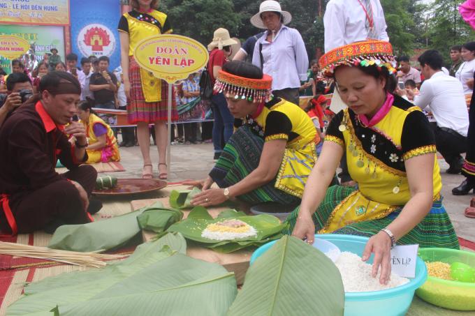 Các nghệ nhân của huyện Yên Lập hết sức khéo léo gói những chiếc bánh chưng nhanh và đẹp nhất có thể.