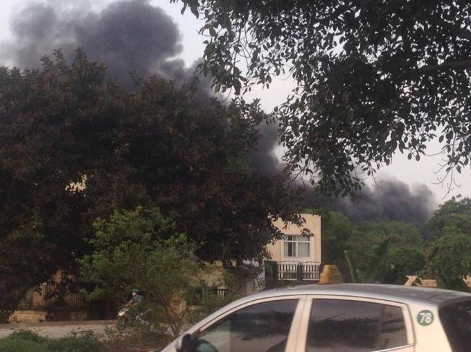 Vụ cháy dẫn đến khói bốc nghi ngút trong khu CN Phố Nối A.