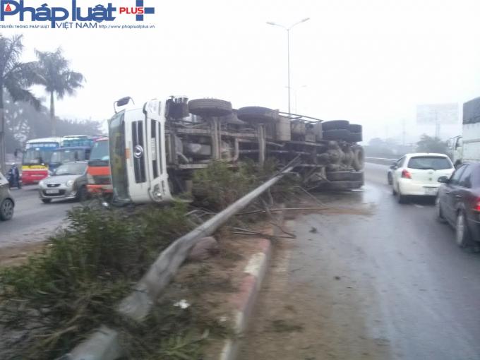 Xe tải lập gây ảnh hưởng đến giao thông.