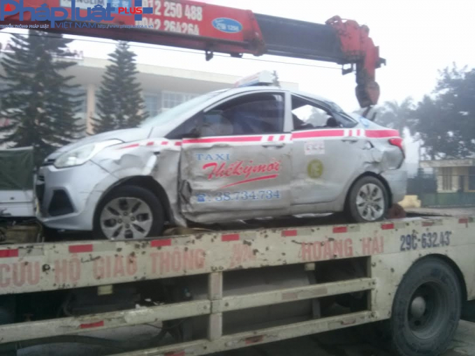 Hà Nội: Xe tải hất văng taxi, húc tung hơn 20m dải phân cách rồi lật giữa đường