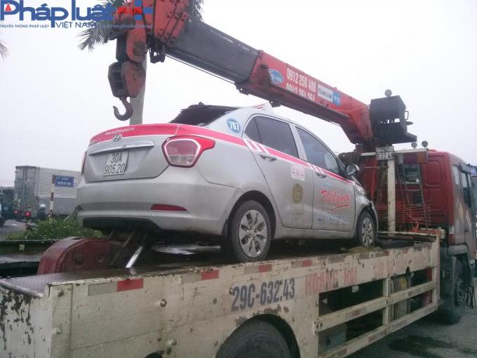 Chiếc xe taxi bị biến dạng.