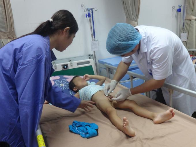 Một trường hợp trẻ mắc sùi mào gà ở Khoái Châu, Hưng Yên đang điều trị tại BV Da liễu TW (ảnh Ng.Nga)