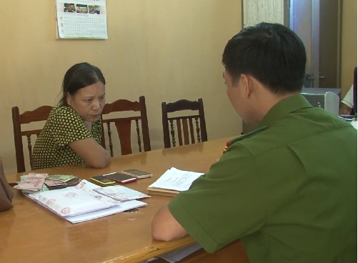 Đối tượng Nguyễn Thị Hiền tại cơ quan điều tra. (Ảnh Công an cung cấp)