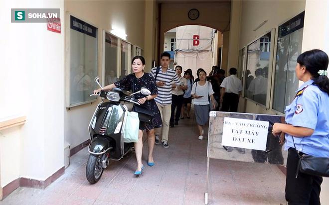 Chị Hồng Nhung (áo đen) rời cuộc họp kéo dài 9 tiếng đồng hồ.