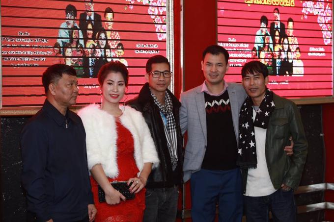 Đạo diễn chụp ảnh lưu niệm cùng nhà tài trợ và anh em nghệ sỹ.