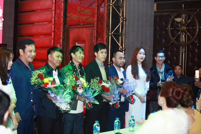Đạo diễn Phạm Nguyên Bắc trao hoa cho các diễn viên và các nhà tài trợ.